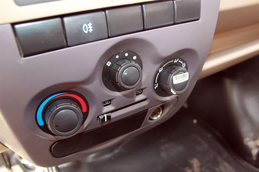 东风小康v26中控台空调控制键